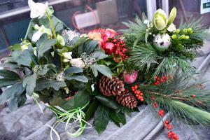 Weihnachtskränze und -gestecke