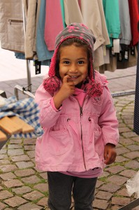 Marktbeschicker Singh Amriks Tochter lächelt für uns in die Kamera.